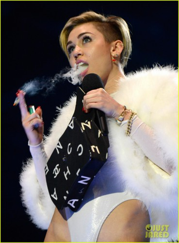 miley-cyrus-lights-blunt-on-stage-wins-mtv-ema-award-04.jpg