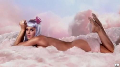 Katy Perry nuda e sexy su di una nuvola di zucchero filato