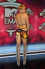 miley cyrus ema 2013 red carpet.jpg